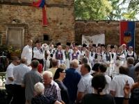 Foto Chor mit Rednern im Kirchhof-min