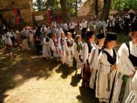Foto im Kirchhof mit der Jugend-min