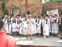 Foto Chor mit Rednerin Irmgard Sedler-min
