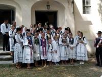 Foto vor dem Eingang der Kirche in Alzen-min