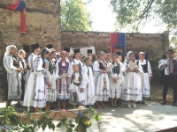 Gruppenbild beim Singen im Kirchhof-min